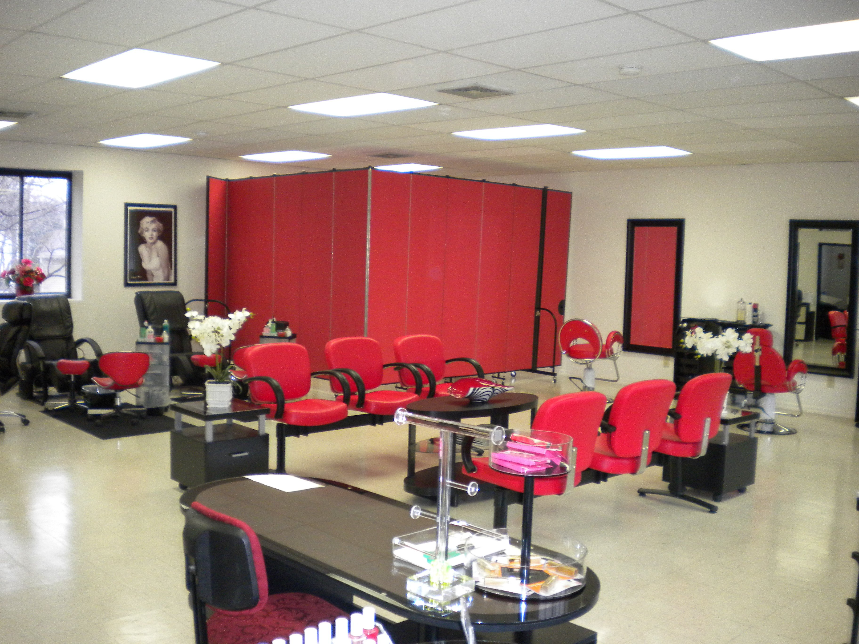 Pretty Nails Salon converts a corner into usable work space with a room divider