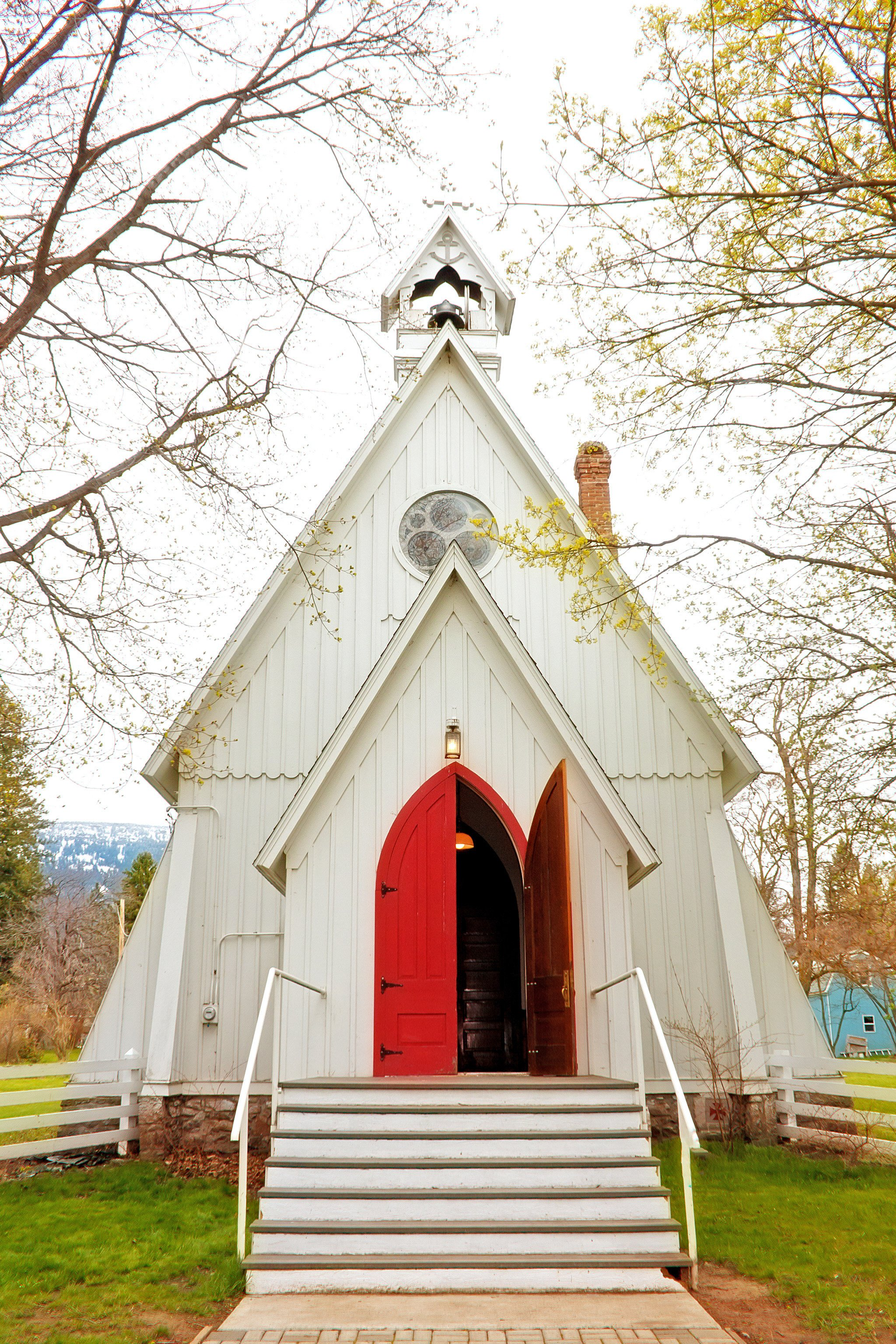 How to retain visitors to your church screenflex partitions country church with open red doors kristyandbryce Images