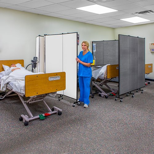 Movable hospital privacy screen between beds