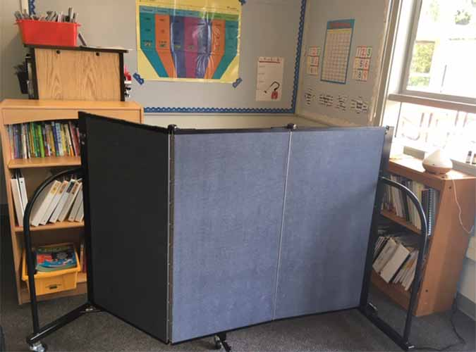Short mobile wall in the classroom